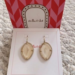 Stella & dot gold and cream earrings